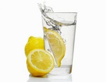 Выпивайте стакан воды с лимоном